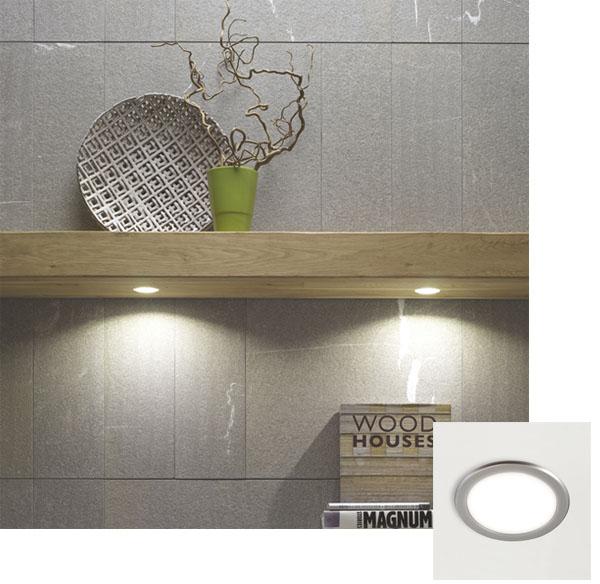 spots LED encastrés dans étagere murale