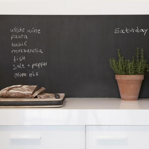 Plan de travail de cuisine blanc et credence en ardoise